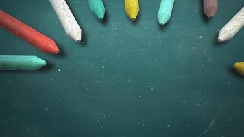 closeup giz colorido no quadro-negro, plano de fundo escolar do tema educação video