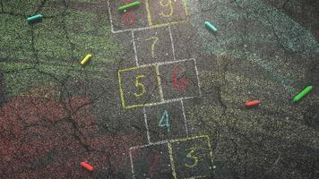 closeup de giz colorido no quadro-negro, fundo da escola
