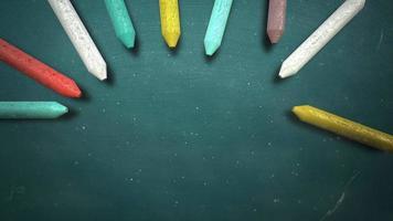 closeup gesso colorato sulla lavagna, sfondo della scuola video