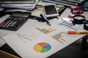 documentos financieros en un escritorio foto