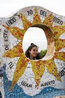 mujer joven en el parque del amor en lima, perú foto