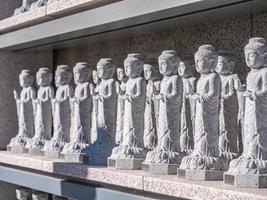 Estatuas budistas en el templo bongeunsa, la ciudad de Seúl, Corea del Sur foto