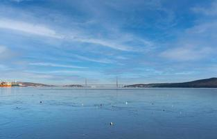 Paisaje marino de la bahía de Amur con el puente y el puerto russky en Vladivostok, Rusia foto