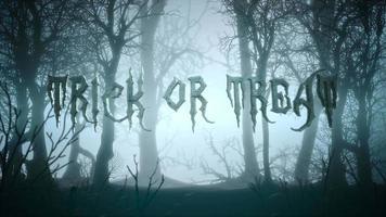 animação de texto doçura ou travessura e fundo místico com floresta escura e neblina video