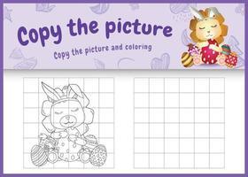 Copie la imagen del juego para niños y la página para colorear de pascua con un lindo león usando diademas de orejas de conejo abrazando huevos vector
