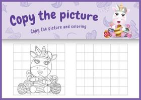 copia la imagen del juego para niños y la página para colorear de pascua con un lindo unicornio usando diademas de orejas de conejo abrazando huevos vector
