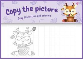 Copie la imagen del juego para niños y coloree la página temática de pascua con un lindo ciervo y un huevo de cubo vector