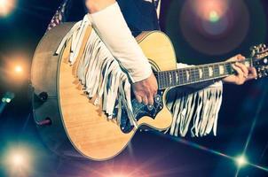 mujer guitarrista en la banda de country