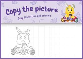 Copie la imagen del juego para niños y la página para colorear de Pascua con un lindo pollito usando diademas de orejas de conejo abrazando huevos vector