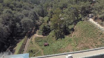 carros passando pela barragem de barragem, munnar, Índia. aéreo para trás