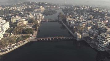 vista superior da ponte daiji e da ponte chand pole cruzando o lago pichola em udaipur, rajasthan, Índia - foto panorâmica aérea video