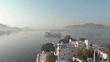 Vue panoramique sur le lac Pichola et le palais du lac Taj d'Ambrai Ghat à Udaipur, Rajasthan, Inde video