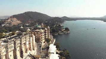 Vue du palais Taj Fateh Prakash près du lac Pichola à Udaipur, Rajasthan, Inde - coup de survol aérien video