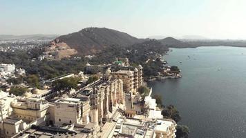 4 k imagens de drones aéreos do templo shiv à beira do lago na cidade de udaipur, Índia, perto do lago pichola. video