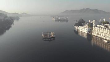 Survolez Arsi Vilas, Lac Pichola, Udaipur, Inde. aérienne panoramique en avant video