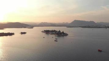 Vue aérienne de Jag Mandir, palais construit sur une île dans le lac Pichola, Udaipur, Inde video