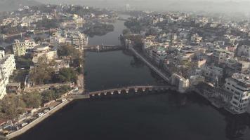Paysage urbain aérien d'Udaipur, Rajasthan, Inde. vue sur la rivière et les ponts video