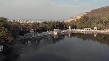 Pan de imagens aéreas de 4 k da cidade à beira do lago de udaipur, na Índia. video
