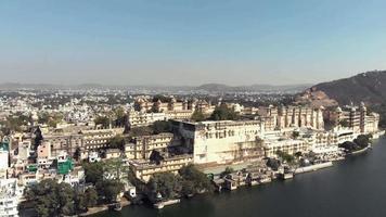 4 imagens aéreas de k da cidade à beira do lago de udaipur, na Índia. video