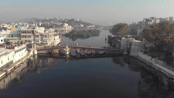 4 imagens aéreas de k de pontes abrangendo um canal de água da cidade de udaipur, na Índia. video