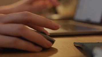närbild på händerna på den unga mellersta östra mannen som använder datormus och skriver på bärbar dator video