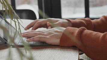 Cerca de las manos del joven hombre de Oriente Medio escribiendo en el portátil video