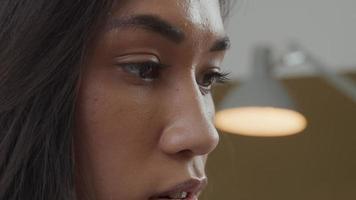 extrem närbild av ansiktet på blandad ras ung kvinna, har videosamtal