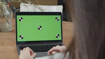 Nahaufnahme des grünen Bildschirms auf Laptop, Hände der jungen Mischlingsfrau auf Tastatur video