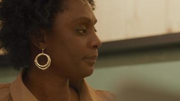 Cerca de la mujer madura negra escuchando y asintiendo con la cabeza, en la oficina video