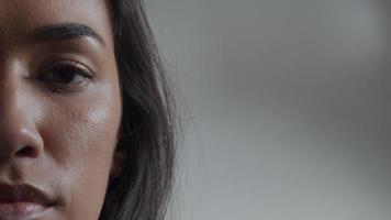 close-up extremo da parte direita do rosto de uma jovem mulher de raça mista, olhos olhando pela lente da câmera
