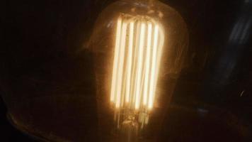close-up da lâmpada na lâmpada, com luz amarelada quente