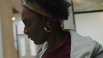 mulher negra madura ocupada procurando, olhando ao redor video