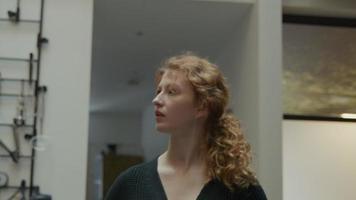 weiße junge Frau beschäftigt in der Küche suchen, sich umsehen, Kopf und Pferdeschwanz drehen sich hin und her video