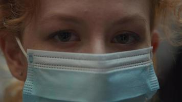 extreme close-up van wenkbrauwen, ogen en bovenste deel van gezichtsmasker van jonge blanke vrouw video