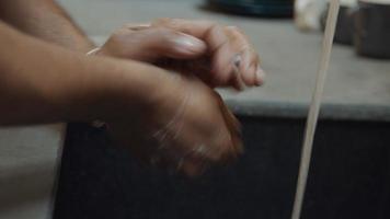 Manos de hombre negro, lavarse bien las manos en el fregadero con agua corriente video