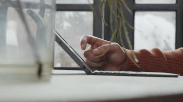 Nahaufnahme der Hand des jungen Mannes aus dem Nahen Osten und des Laptops auf dem Tisch, Finger berührt Bildschirm video