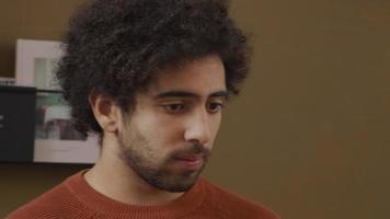 jovem homem do Oriente Médio fazendo uma ligação online, ouvindo e conversando video