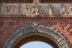 friso del arco triunfal de barcelona foto