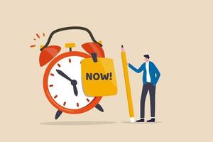Detenga la procrastinación, hágalo ahora o la decisión de terminar el trabajo o la cita en el concepto de tiempo, empresario de confianza sosteniendo un lápiz después de que escribió la palabra ahora en la nota y péguela en el despertador vector