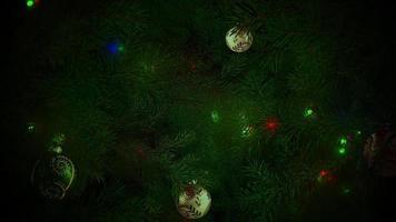geanimeerde close-up kleurrijke ballen en groene boomtakken op glanzende achtergrond