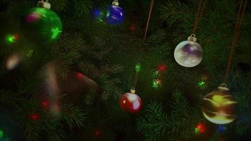 Boules colorées gros plan animé et branches d'arbres verts sur fond brillant video