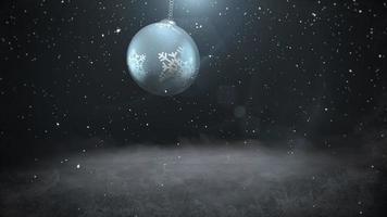 geanimeerde close-up witte sneeuwvlokken en zilveren bal op donkere achtergrond