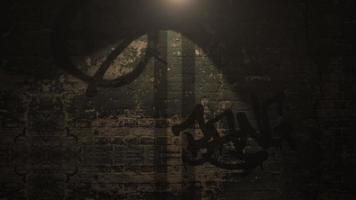 rörelsekamera på mörk gränd av staden med grunge vägg byggnad nattetid