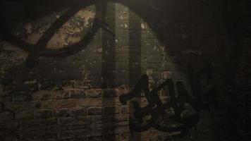 Cámara de movimiento en el callejón oscuro de la ciudad con la pared del grunge del edificio durante la noche