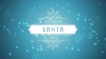 animierte Nahaufnahme Santa kommt und 2021 Text, weiße Schneeflocke und Glitzer auf schneeblauem Hintergrund