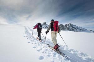 dos esquiadores alpinos ancianos foto