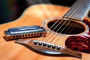 guitarra acústica con blues armónica country