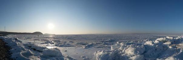 Panorama de la bahía de Amur congelada con nieve y témpanos de hielo en Vladivostok, Rusia foto