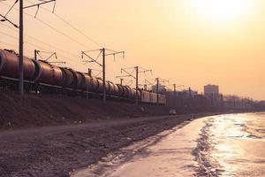 paisaje de agua, costa, tren y horizonte de la ciudad foto