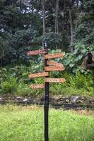 letreros de madera cerca de machu picchu en perú foto